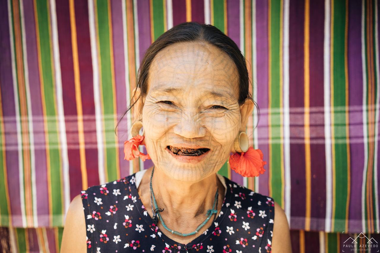 Aldeia Chin - Senhora de Rosto Tatuado Sorridente