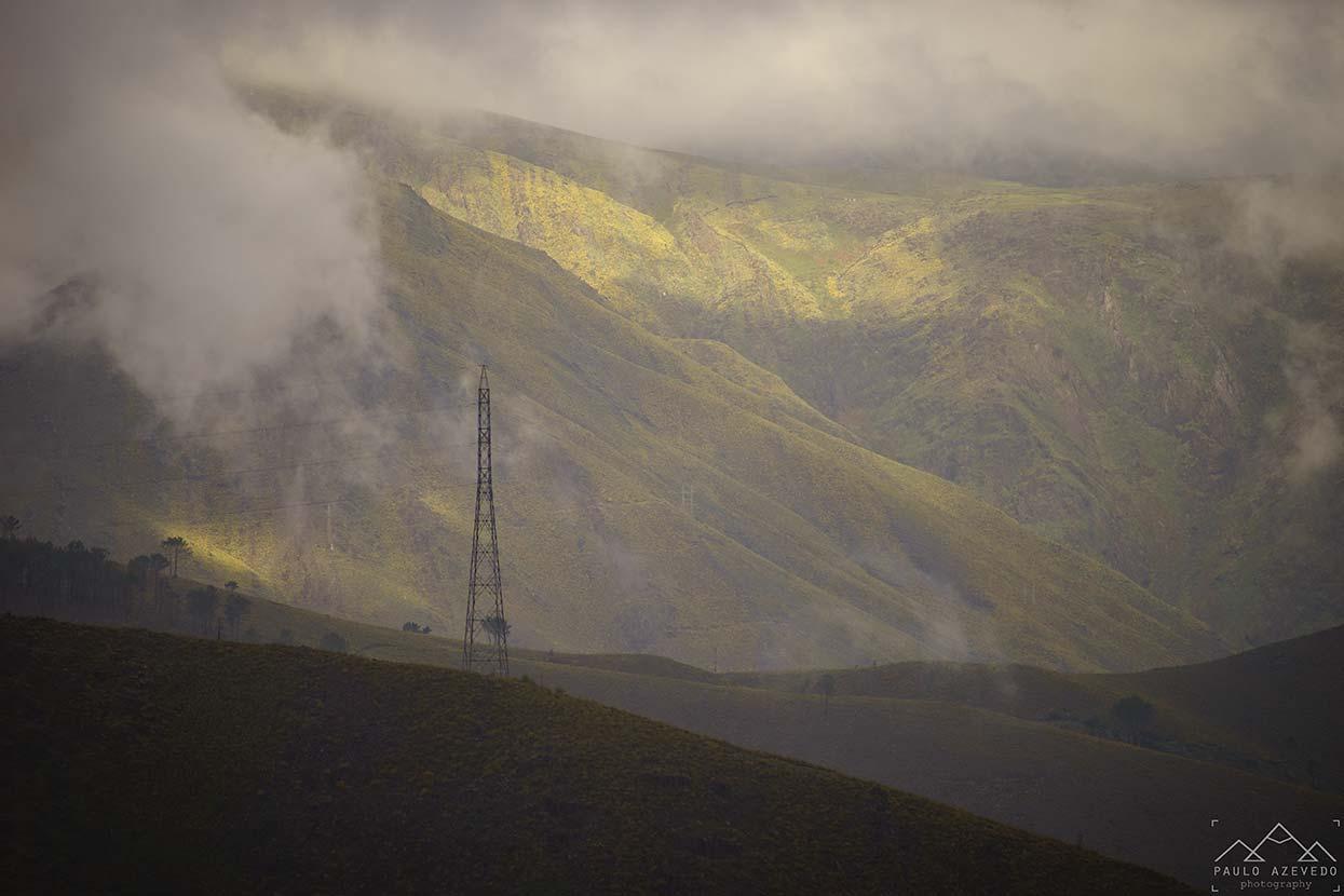 Montanhas envoltas pelo nevoeiro, a caminho de Drave