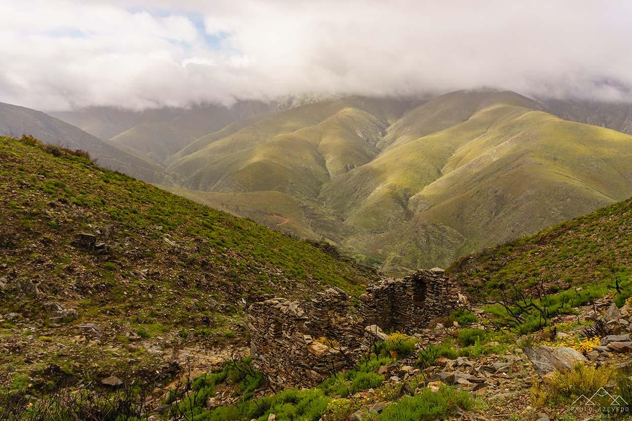 Casa abandonada nas montanhas, a caminho de Drave