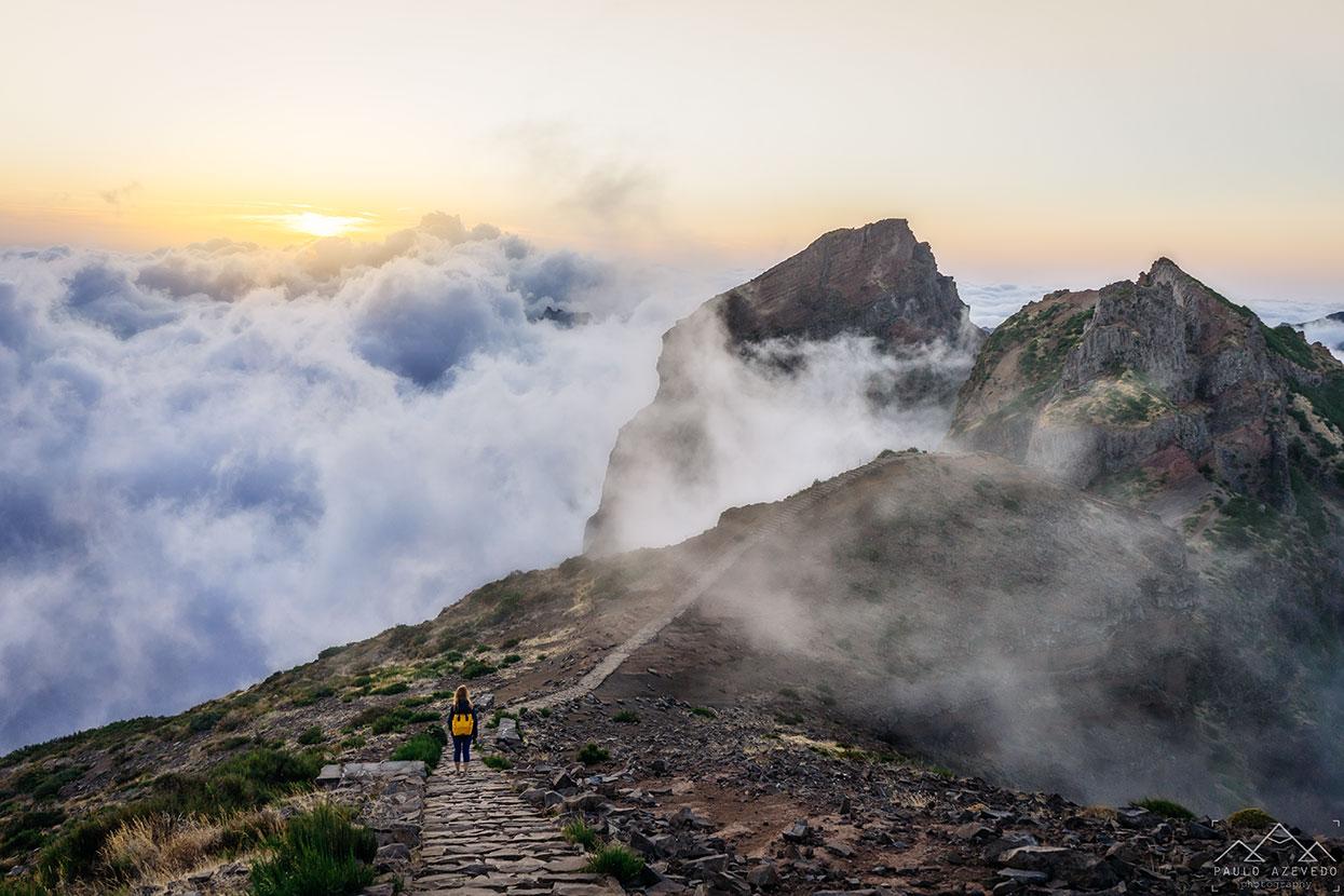 caminhando sobre um mar de nuvens no pico do areeiro