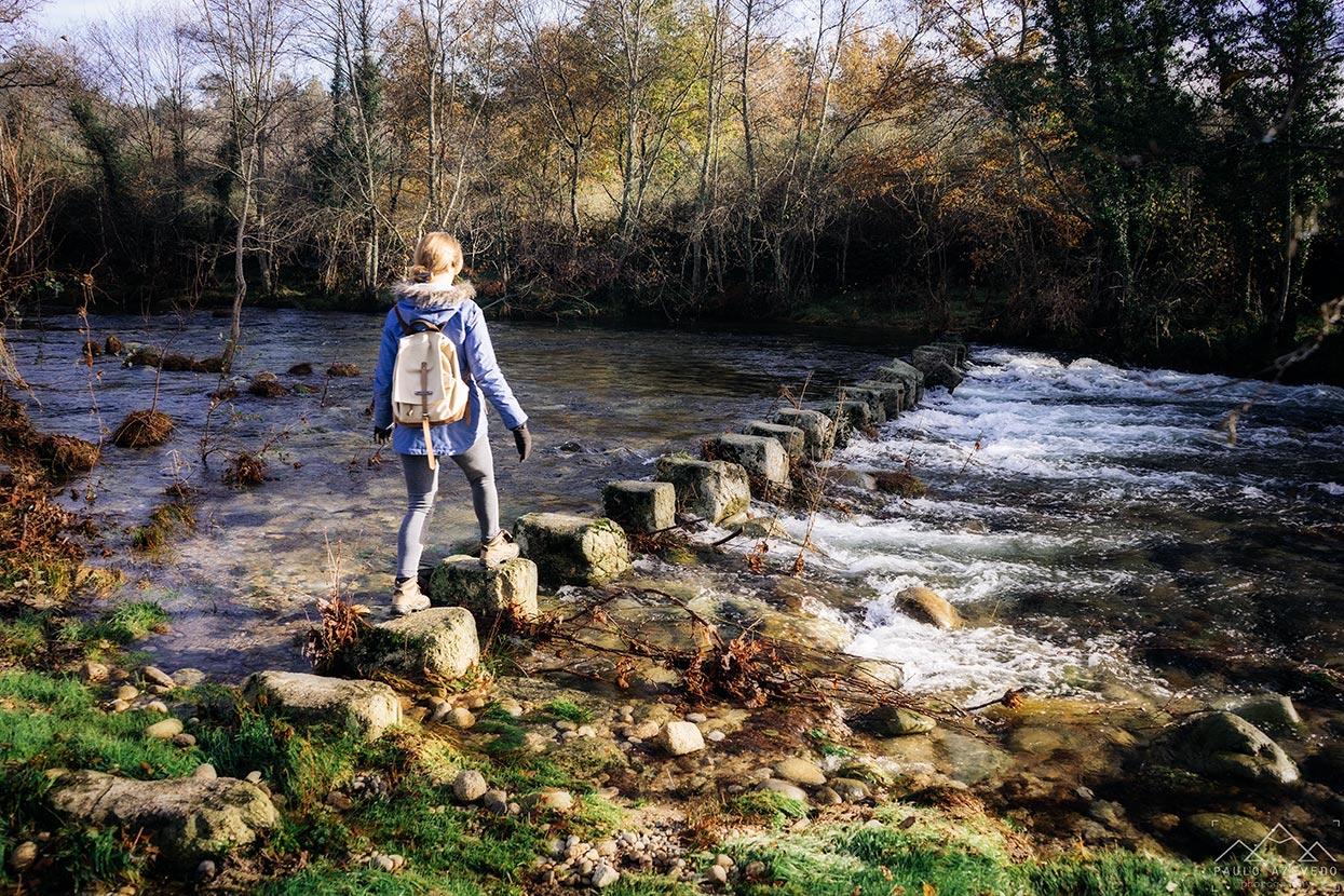 atravessando poldras sobre o rio vez