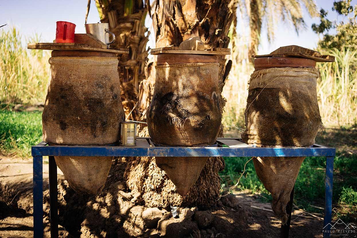 potes de água num campo junto ao nilo