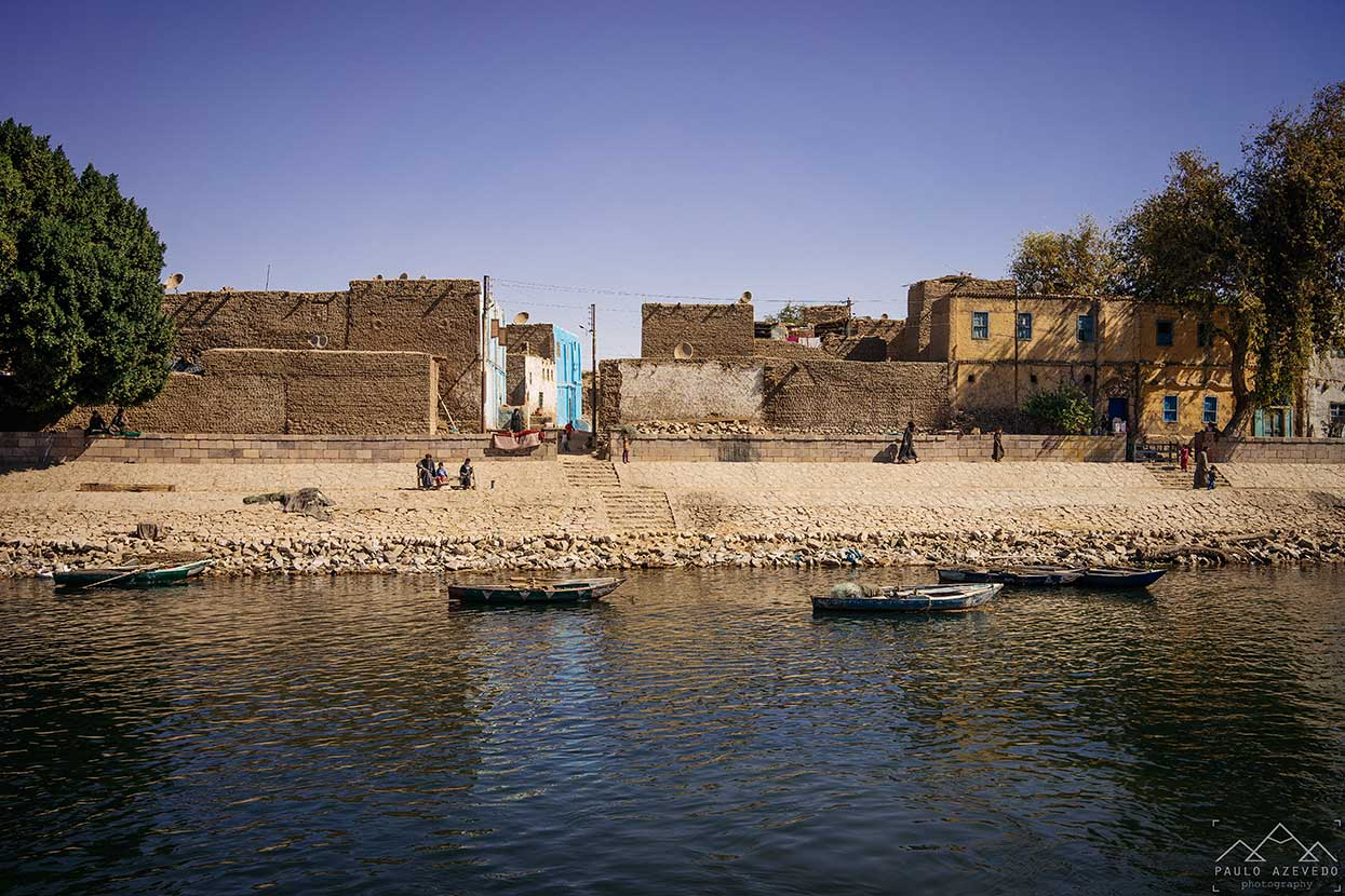 barcos e casas nas margens do nilo