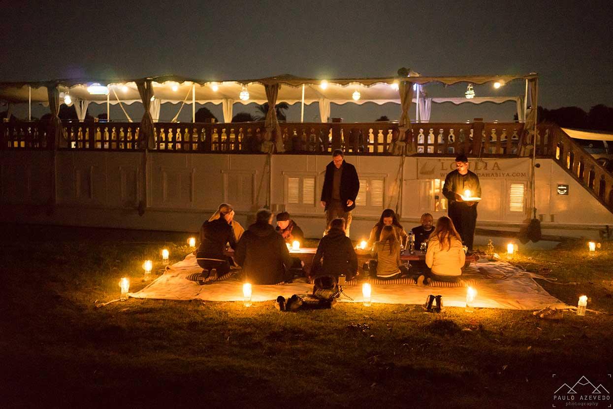 jantar a luz das velas nas margens do nilo