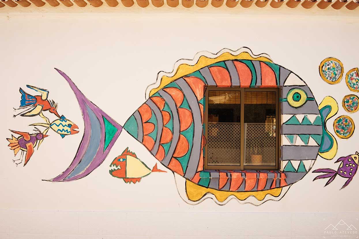 peixes pintados numa parede