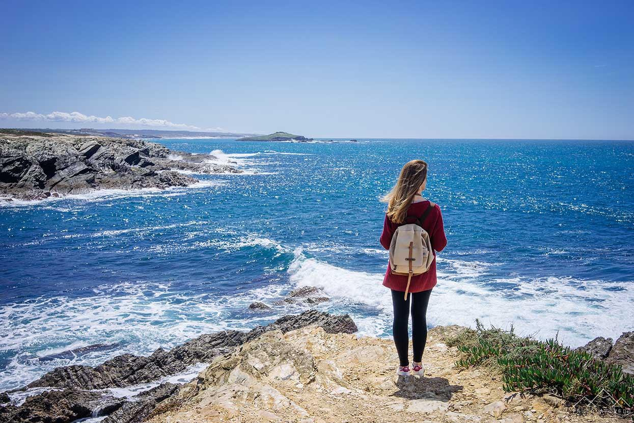 vista para a ilha do pessegueiro a partir de porto covo