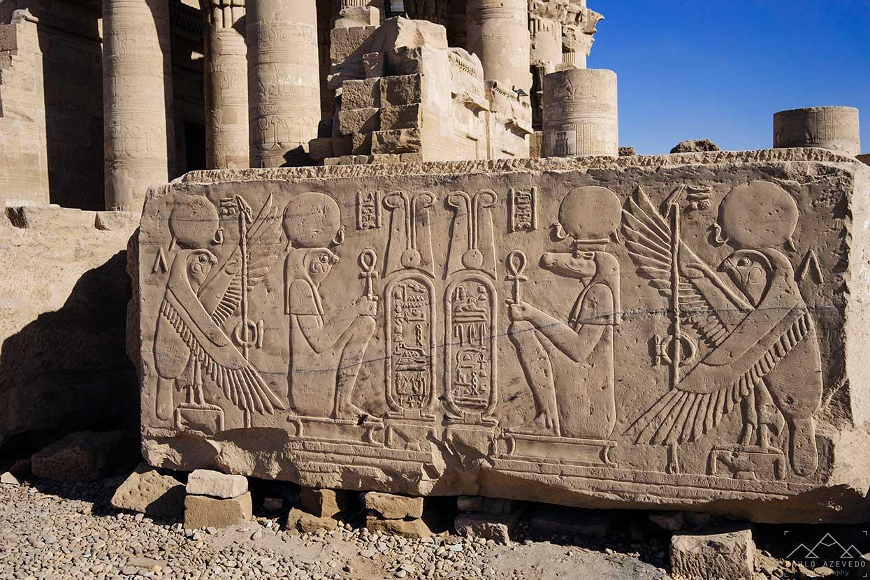 pormenor do templo de horus e sobek em kom ombo