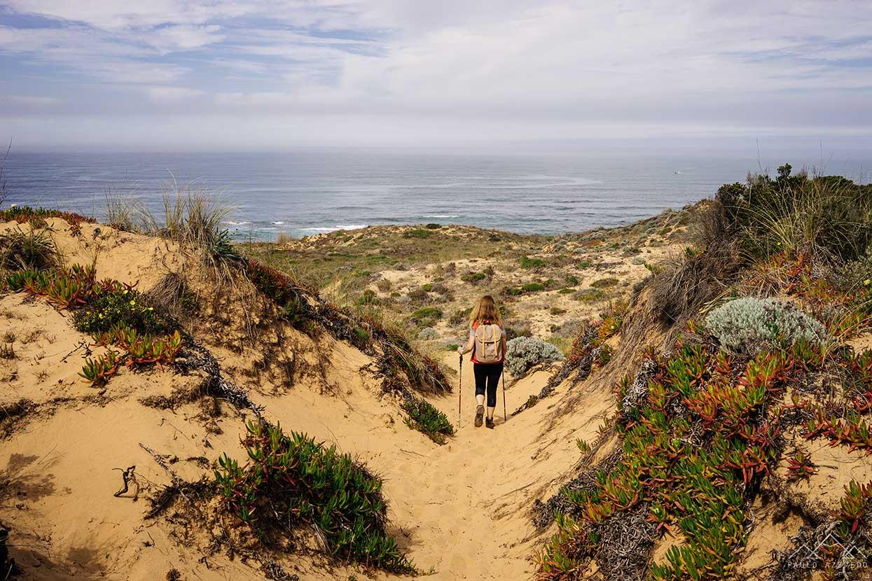 sofia a caminhar pelas dunas do almograve