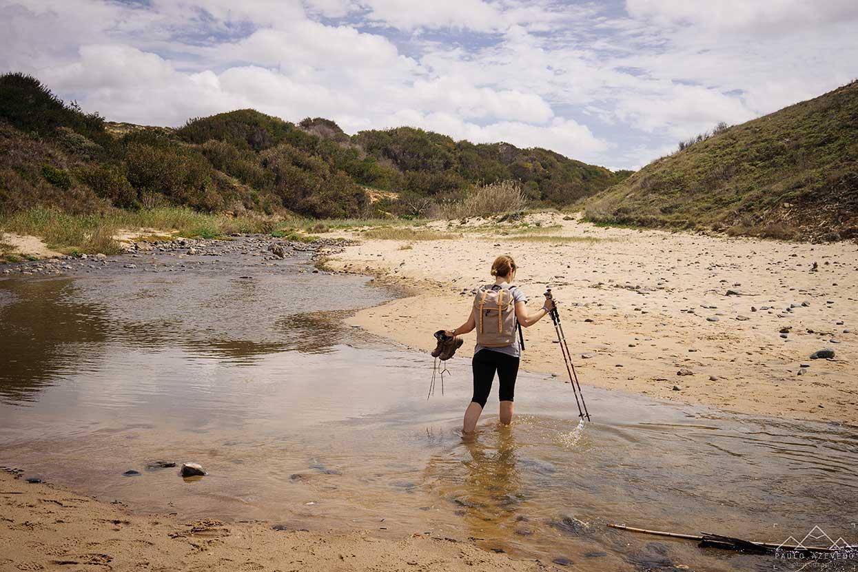 sofia a atravessar a ribeira na praia da foz dos ouriços no percurso dunas do almograve