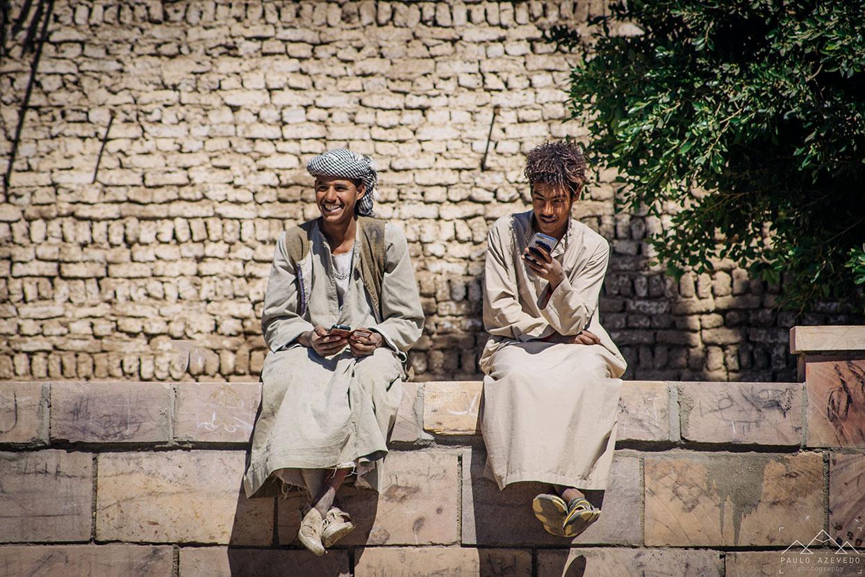 dois jovens nas margens do Nilo