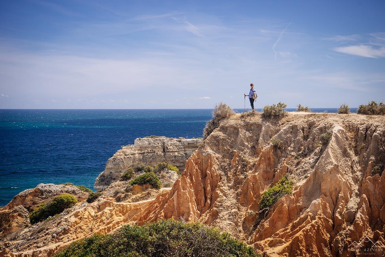 Sofia no topo de uma arriba a olhar para o mar