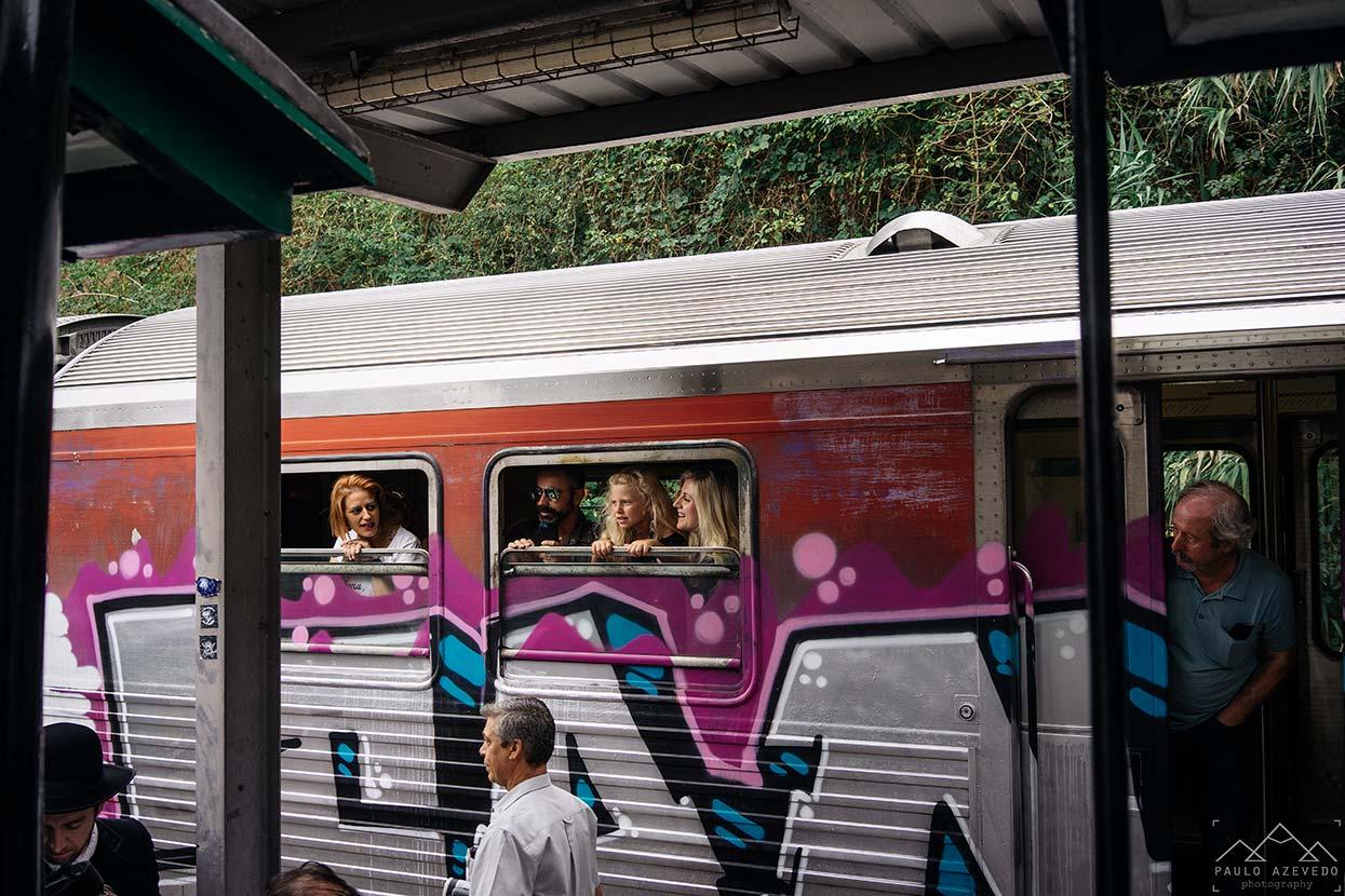 Passageiros de outro comboio a olhar para o vouguinha