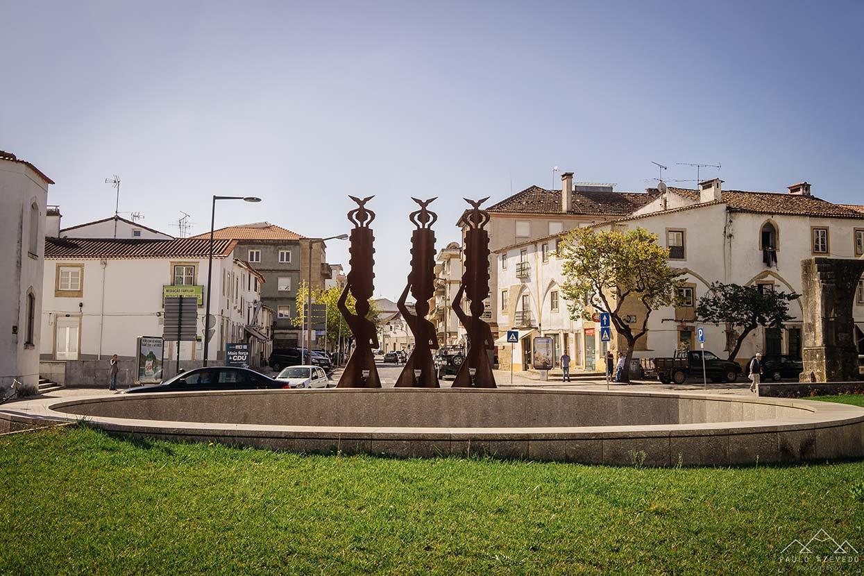 Estátua alusiva à Festa dos Tabuleiros nas ruas de Tomar