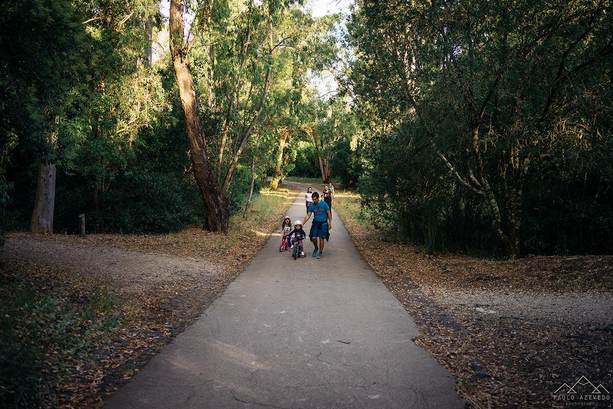 Crianças a andar de bicicleta no Parque Florestal de Monsanto, Lisboa