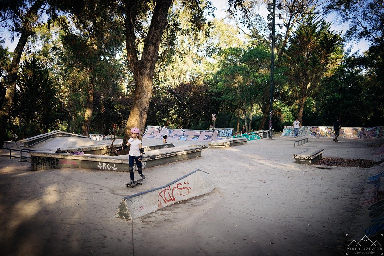 Criança no parque de skate do Parque Florestal de Monsanto, Lisboa