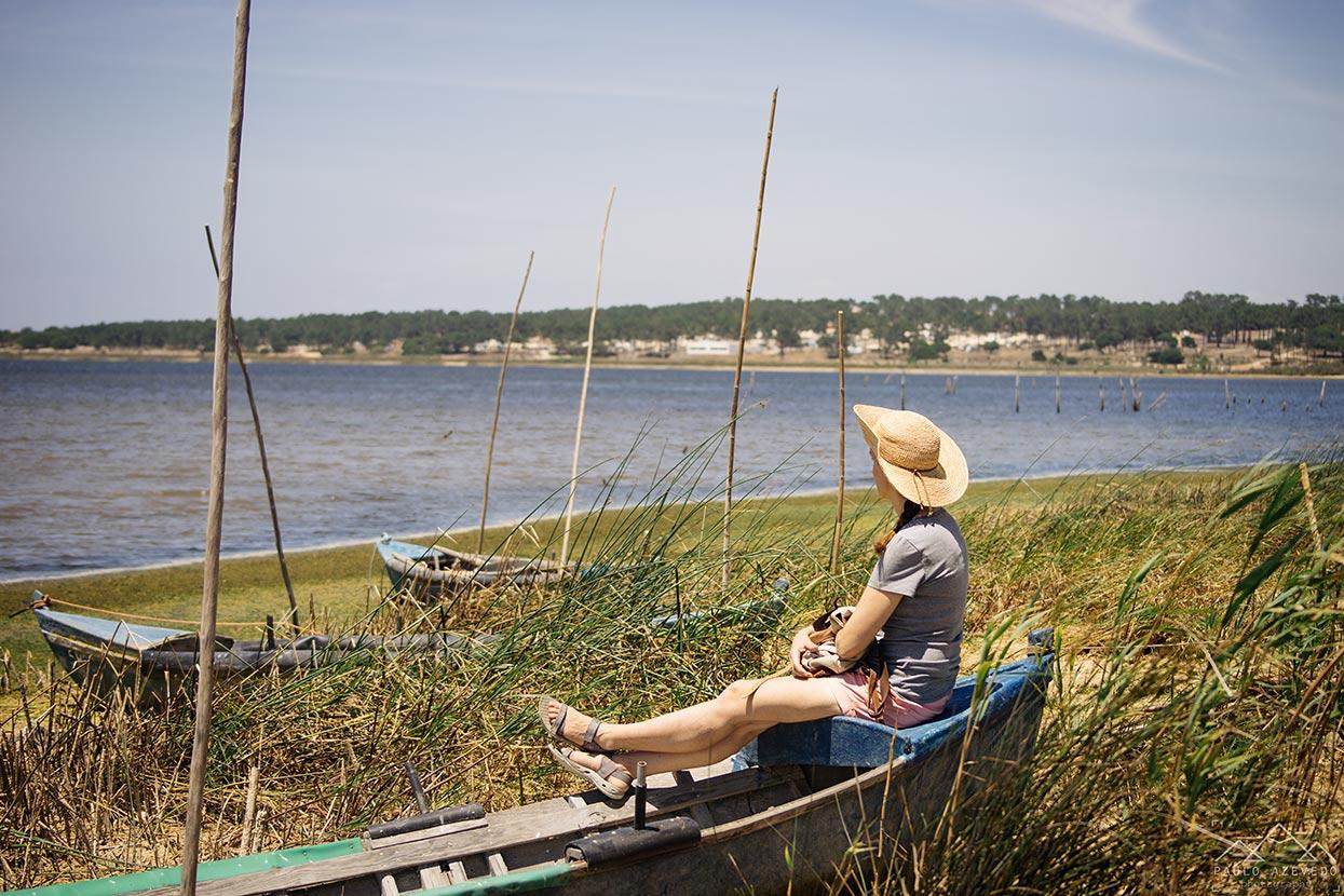 Sofia num barco de pescadores a olhar para a Lagoa de Santo André