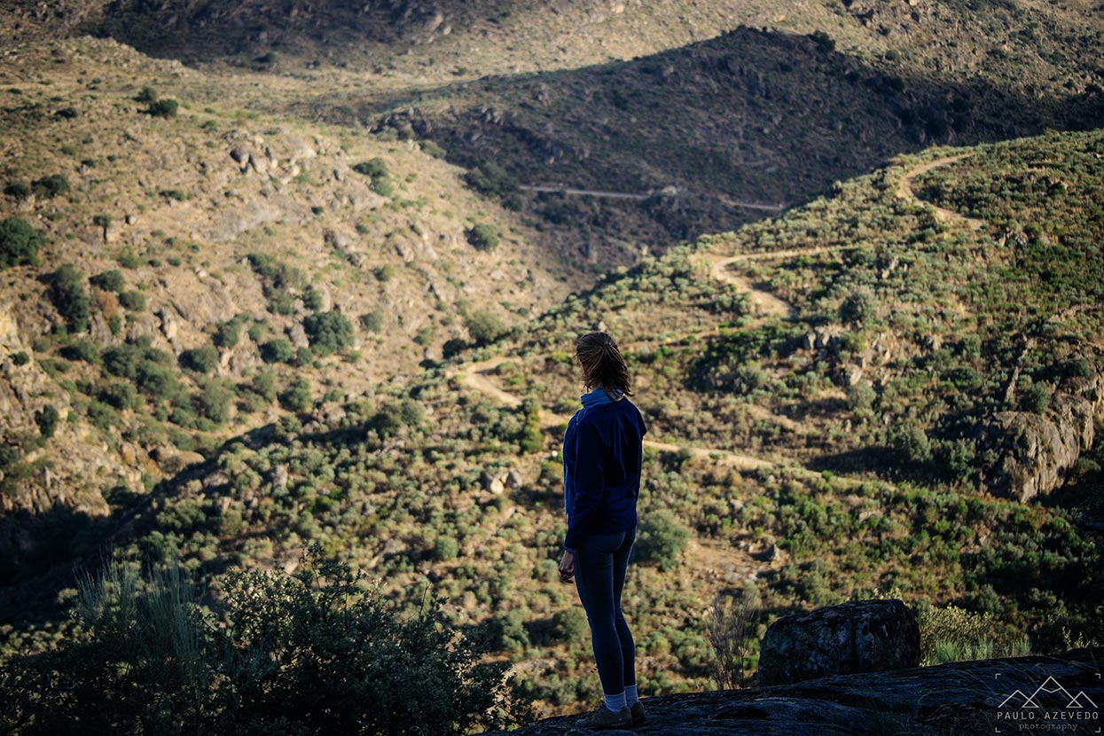 Sofia a contemplar a paisagem da Faia Brava