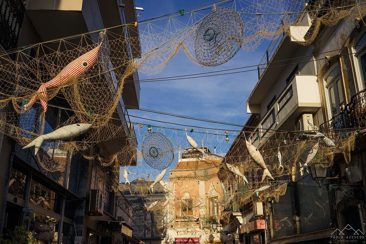 redes de pesca sobre as ruas de olhão